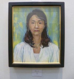 続きまして4期に展示されました野村さんの自画像です。このような真摯に自分を発見する表現としての自画像は、他の出品作には1つもありませんでし た。バックの表現も面白く、額とも合っていましたね。